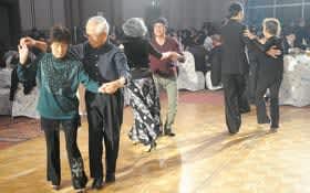 大勢がお酒や料理、ダンスを楽しんだ中島飲食店組合のチャリティーパーティー