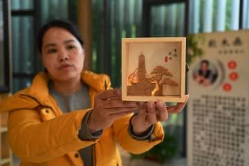 百年以上の歴史持つ工芸美術の「三宝」コルク画 福建省福州市