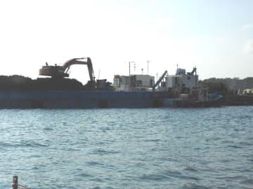 K9護岸で土砂を台船からダンプカーに移していた=12日午前9時33分、名護市辺野古沖