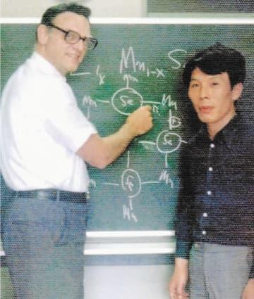 講義をしたグッドイナフ氏(左)と笠谷さん=1976年、東北大理学部
