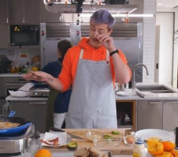 Ninjaが海外の料理YouTubeチャンネルに出演!プロ料理人と共にサンドイッチ作りに励む