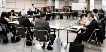 県再犯防止推進計画について話し合う委員=11日午後、松山市堀之内