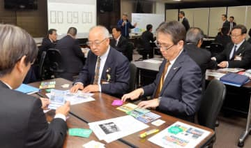カードゲームを通し、持続可能な開発目標達成への意識向上を図る県幹部職員ら=11日午後、県庁