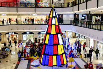 モンドリアン様式のクリスマスツリー点灯 上海市