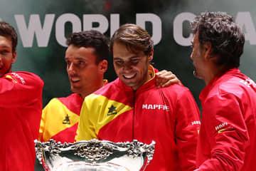 「デビスカップ」決勝ラウンドでのバウティスタ アグート(中央左)とナダル(中央右)