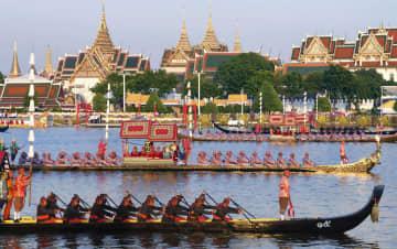ワチラロンコン国王の戴冠を祝う王室御座船による水上パレード=12日、バンコク(共同)