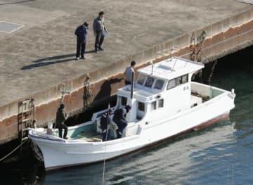 覚醒剤約600キロが押収された船を調べる捜査関係者ら=12日午後2時11分、熊本県天草市(共同通信社ヘリから)