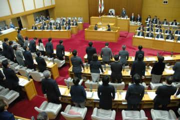 「川崎市差別のない人権尊重のまちづくり条例」に賛成し、起立する議員ら。全会一致で可決、成立した=市議会本会議場
