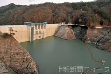 最低水位となった八ツ場ダム=12日午後4時40分ごろ、長野原町