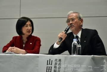記者会見するヤマダ電機の山田会長(右)と大塚家具の大塚社長=12日午後、東京都