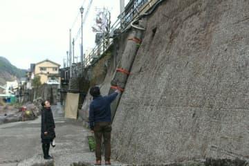 アート作品を仕上げる計画が進む天ケ瀬温泉街の壁面=日田市天瀬町