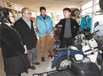 さくらい新聞店でむすび塾の助言者らに震災発生当時の様子を説明する店主(右端)