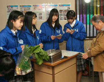 毎月1回、生徒が育てた加工品などを販売する。レジを担当する生徒=宇佐市の四日市商店街