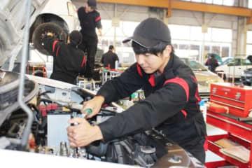エンジンの組み立て作業に取り組む自動車整備科の訓練生=大分市下宗方の大分高等技術専門校