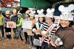 干支を引き継がれたモルモットを抱える生徒たち=姫路市本町