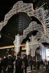 旧外国人居留地のエリアに設置されたアーケード型の電飾=神戸市中央区