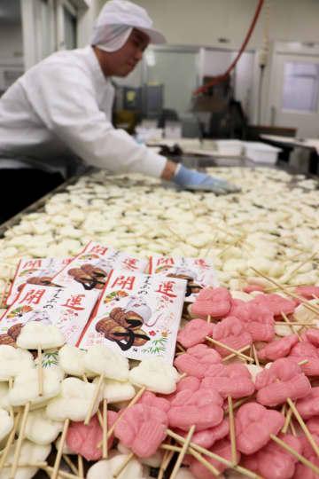 来年の干支「子」をかたどった紅白のあめ。製造は最盛期を迎えている(宇治市莵道・岩井製菓)