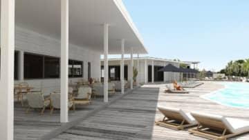 レストラン外観とプールの完成イメージ(青島プロジェクト提供)