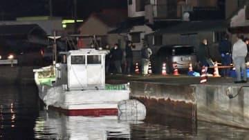 天草市魚貫町の魚貫港に係留された密輸船=11日午後6時ごろ(谷川剛)