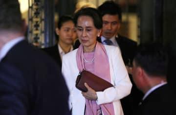 12日、オランダ・ハーグの国際司法裁判所を出るミャンマーのアウン・サン・スー・チー国家顧問兼外相(ロイター=共同)
