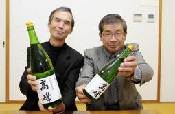 山田錦で造った酒を紹介する畑第三営農組合の安茂孝司さん(左)と安富俊次さん=加西市畑町