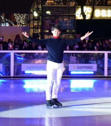イベントの開幕式典に登場した小塚さん。華麗な滑りを披露した=11月30日、千葉市中央区