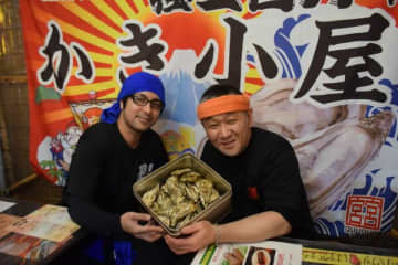 奥松島直送のカキを仕入れ、復興支援する菊島代表(右)
