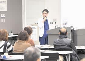 胆石について講演する小野主任医長