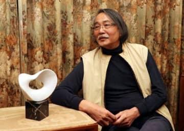 津山での活動について抱負を語る武藤さん。左は東日本大震災の被災地に設置する慰霊モニュメントの原型モデル