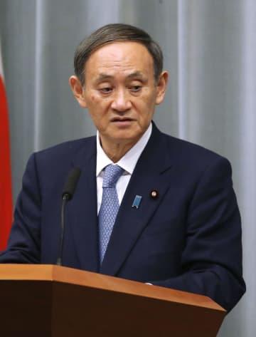 記者会見する菅官房長官=13日午前、首相官邸