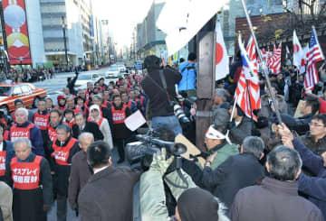 オスプレイの配備に反対する東京行動では、県民の代表に沿道からヘイトスピーチが投げかけられた=2013年1月27日、東京都