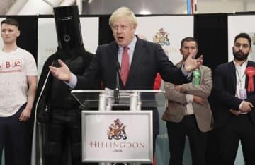 12月13日、英下院総選挙の開票所で演説するジョンソン首相=ロンドン郊外(ゲッティ=共同)