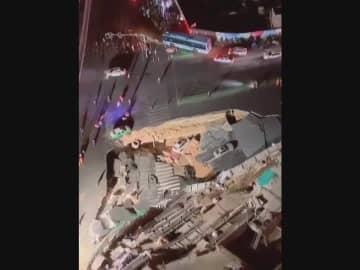 福建省アモイ市で道路陥没 車3台が巻き込まれる