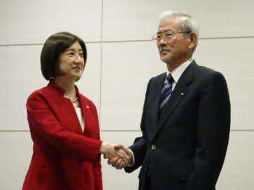 握手する山田会長と大塚社長(12月12日)