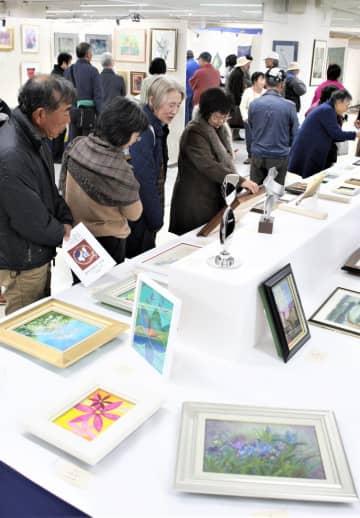 来場者でにぎわう歳末チャリティー作品・色紙即売展=徳島市のそごう徳島店