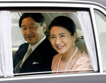 皇居・半蔵門を出られる天皇、皇后両陛下=9日午後