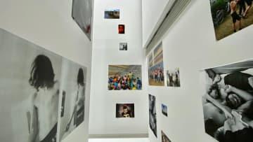 展覧会風景。スクラップブックを思わせる写真の配置 - Photo: Xin Tahara