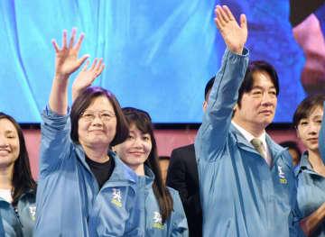 台湾の民主進歩党の選挙本部立ち上げの集会で、壇上から手を振る蔡英文総統(前列左)=11月、台北市(共同)