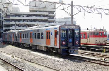 JR九州の新型ハイブリッド車両YC1系。右はキハ66、67=10月12日、長崎市