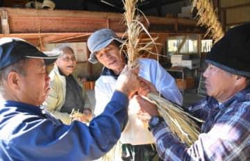 鈴嶽神社のしめ縄作りを行う大平地区里づくり会の会員