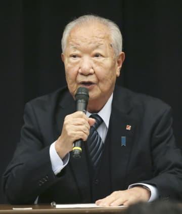 北朝鮮による拉致問題を考える集会であいさつする拉致被害者家族会代表の飯塚繁雄さん=13日午後、国会