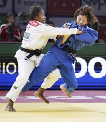 女子63キロ級決勝 フランスのクラリス・アグベニェヌ(左)を破り優勝した鍋倉那美=青島(共同)
