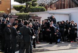 事務所前に集まった兵庫県警の捜査員や報道関係者=13日午前、神戸市西区玉津町上池