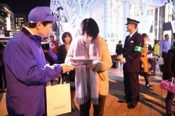 啓発ちらしを配布する伊原木知事(左)と桐原本部長(奥)