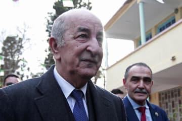 12日、アルジェリアの首都アルジェで大統領選の投票に向かうテブン元首相(AP=共同)