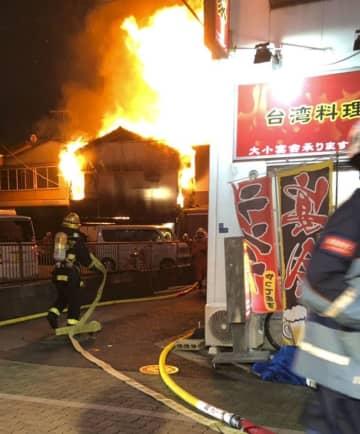 東京都葛飾区の共同住宅から出火した火災現場=13日夜