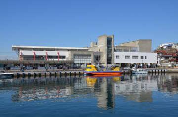 複合施設「うらり」=三浦市の三崎港