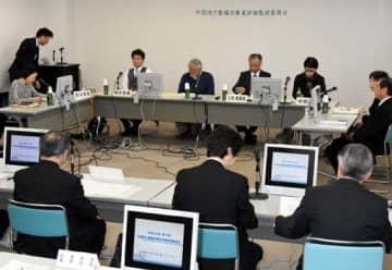 国道2号西広島バイパスの高架延伸事業について審議する委員たち
