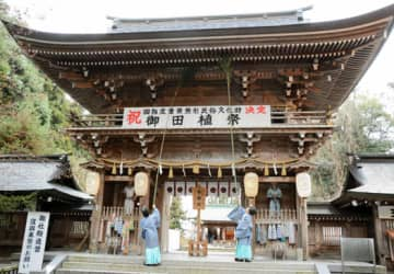 伊佐須美神社の楼門のすすを払う神職