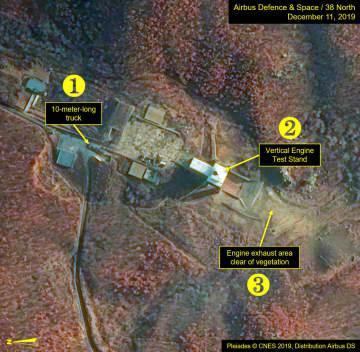 12月11日に撮影された北朝鮮・東倉里の西海衛星発射場の衛星写真。(1)長さ10メートルのトラック(2)エンジン実験スタンド(3)植物のないエンジン排気エリア(プレアデス(C)CNES 2019、エアバス・ディフェンス・アンド・スペース/38ノース提供・共同)